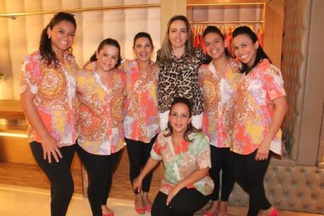 Equipe de vendedoras Biruta Lago Sul e a cliente Renata Ferreira